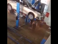 Samochód spada z podnośnika na dwóch pracowników