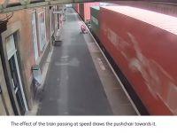 Przejeżdżający pociąg wciągnął wózek dziecięcy na tory