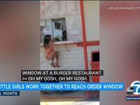 Dziewczynki łączą siły, żeby złożyć zamówienie w okienku.